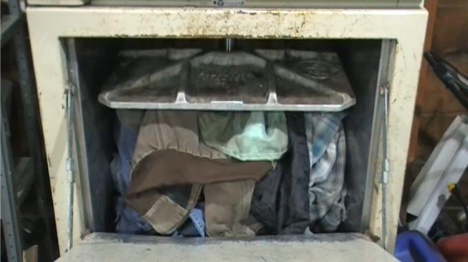 ジャケットを圧縮する金属板!ゴミと一緒に圧し潰された古着でオナる