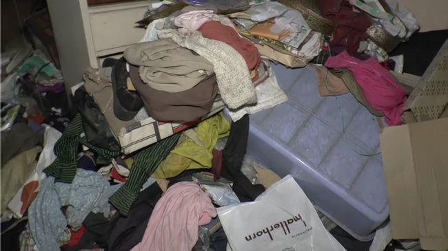 """衣類ゴミで埋め尽くされた廃墟!不法投棄で病院が""""洋服地獄""""に?"""