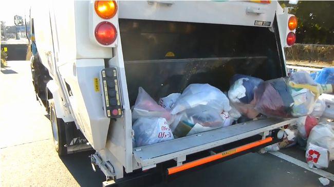 衣類ゴミがパッカー車の回転盤に潰される!ゴミ収集動画がオナネタに