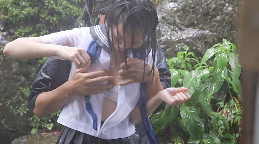 JKのセーラー服が大雨でびしょ濡れ!水気を含んだ制服生地がエロイ